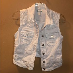 Love fire .. Sleeveless white jean jacket!